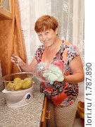 Купить «Улыбающаяся женщина готовит фаршированный перец на пару», фото № 1787890, снято 21 июня 2010 г. (c) Анна Мартынова / Фотобанк Лори