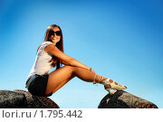 Молодая брюнетка сидит на камнях. Стоковое фото, фотограф Андрей Цалко / Фотобанк Лори