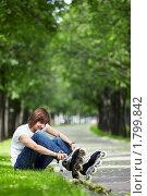 Мужчина надевает ролики на улице. Стоковое фото, фотограф Raev Denis / Фотобанк Лори