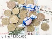 """Купить «Конфеты """"Газпромбанк"""" и российские деньги», эксклюзивное фото № 1800630, снято 28 июня 2010 г. (c) Александр Щепин / Фотобанк Лори"""
