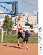 Игра в баскетбол во дворе (2010 год). Редакционное фото, фотограф ac / Фотобанк Лори