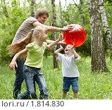 Семья играет в мяч. Стоковое фото, фотограф Gennadiy Poznyakov / Фотобанк Лори