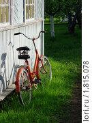 Старый красный велосипед на траве возле стены деревянного дома. Стоковое фото, фотограф Денис Гоппен / Фотобанк Лори