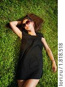 Девушка лежит на зеленой траве в солнцезащитных очках. Стоковое фото, фотограф Андрей Цалко / Фотобанк Лори