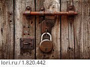 Купить «Задвижка с замком на двери», фото № 1820442, снято 21 ноября 2009 г. (c) Дмитрий Рухленко / Фотобанк Лори