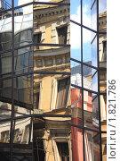 Купить «Отражение старинных зданий в стеклянных стенах современного офисного здания», фото № 1821786, снято 4 июля 2010 г. (c) Илюхина Наталья / Фотобанк Лори