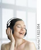 Купить «Девушка в наушниках», фото № 1822054, снято 14 июня 2010 г. (c) Константин Юганов / Фотобанк Лори
