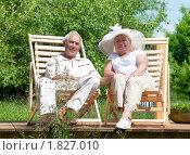 Купить «Пожилая пара отдыхает на шезлонгах в парке», фото № 1827010, снято 20 июня 2010 г. (c) Алексей Кузнецов / Фотобанк Лори