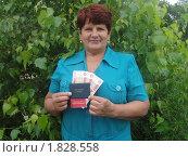 Купить «Женщина держит в руках пятитысячные купюры, пенсионное удостоверение и удостоверение ветерана труда», эксклюзивное фото № 1828558, снято 11 июля 2010 г. (c) Ольга Линевская / Фотобанк Лори
