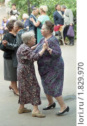 Танцы пожилых дам летом в парке. Редакционное фото, фотограф филатов андрей анатольевич / Фотобанк Лори