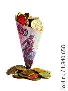 Монеты в свернутой в стаканчик купюре. Стоковое фото, фотограф Dezel / Фотобанк Лори