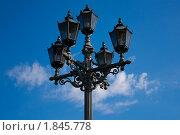 Фонарь стилизованный под старинный на фоне голубого неба с облаком. Стоковое фото, фотограф Борикова Анна Сергеевна / Фотобанк Лори
