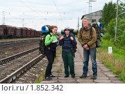 Туристы около железной дороги, фото № 1852342, снято 4 июля 2010 г. (c) Кекяляйнен Андрей / Фотобанк Лори