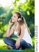 Купить «Девушка на природе слушай музыку», фото № 1853010, снято 25 июня 2010 г. (c) Raev Denis / Фотобанк Лори