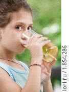 Купить «Девочка пьет сок», фото № 1854286, снято 14 марта 2010 г. (c) Дмитрий Эрслер / Фотобанк Лори