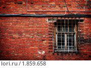Зарешеченное окошко на кирпичной стене. Стоковое фото, фотограф Дубровина Елена / Фотобанк Лори