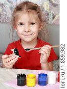 Купить «Девочка раскрашивает самодельную игрушку», фото № 1859982, снято 24 июля 2010 г. (c) Круглов Олег / Фотобанк Лори