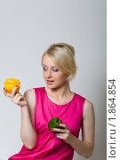 Девушка в розовом платье держит перцы. Стоковое фото, фотограф Лысиков Евгений / Фотобанк Лори