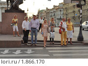 Ждут зеленого света на пешеходном переходе у Аничкова моста (2010 год). Редакционное фото, фотограф griFFon / Фотобанк Лори