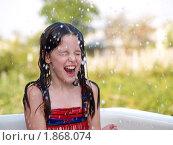 Девочка плещется в ванне на свежем воздухе. Стоковое фото, фотограф Алешечкина Елена / Фотобанк Лори