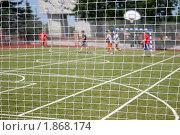 Игра в футбол. Вид из-за сетки. Стоковое фото, фотограф ac / Фотобанк Лори