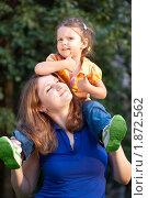 Купить «Маленькая девочка на плечах у мамы», фото № 1872562, снято 26 июля 2010 г. (c) Олег Шеломенцев / Фотобанк Лори