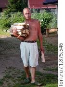 Купить «Мужчина несет дрова», фото № 1875546, снято 31 июля 2010 г. (c) Катерина Макарова / Фотобанк Лори