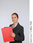 Купить «Девушка с красной папкой, смотрит в камеру», фото № 1882702, снято 3 августа 2010 г. (c) Татьяна Юни / Фотобанк Лори