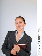 Купить «Девушка с книгой, смотрит в камеру», фото № 1882706, снято 3 августа 2010 г. (c) Татьяна Юни / Фотобанк Лори