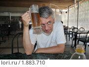 Купить «Жарко! Мужчина охлаждает голову кружкой с холодным пивом», фото № 1883710, снято 1 августа 2010 г. (c) Константин Бредников / Фотобанк Лори