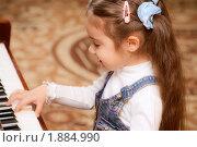 Купить «Маленькая девочка играет на фортепиано», фото № 1884990, снято 8 декабря 2008 г. (c) BestPhotoStudio / Фотобанк Лори
