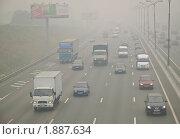 Движение на МКАД. Смог от лесных пожаров накрыл Москву. (2010 год). Редакционное фото, фотограф Алёшина Оксана / Фотобанк Лори