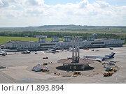 Купить «Санкт-Петербург. Аэропорт Пулково. Вид на лётное поле и терминал 1», фото № 1893894, снято 18 июля 2008 г. (c) Александр Тарасенков / Фотобанк Лори