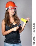 Девушка в каске и очках с желтым валиком. Стоковое фото, фотограф Лысиков Евгений / Фотобанк Лори