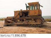 Купить «Гусеничный бульдозер на дорожно-строительных работах», фото № 1896678, снято 6 августа 2010 г. (c) Олег Тыщенко / Фотобанк Лори