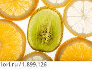 Купить «Ломтики тропических фруктов на белом фоне», фото № 1899126, снято 10 августа 2010 г. (c) Елисей Воврженчик / Фотобанк Лори