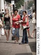 Купить «Нерусская женщина раздает рекламу на улице», фото № 1900718, снято 28 июля 2010 г. (c) Артем Костров / Фотобанк Лори