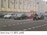 Купить «Остановка транспорта на запрещающий сигнал светофора. Смог», эксклюзивное фото № 1901294, снято 7 августа 2010 г. (c) Алёшина Оксана / Фотобанк Лори