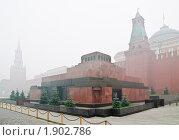 Купить «Мавзолей. Густой смог от лесных пожаров накрыл Москву.», эксклюзивное фото № 1902786, снято 7 августа 2010 г. (c) Алёшина Оксана / Фотобанк Лори