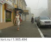 Купить «Москва. Женщина в маске идет по Бауманской улице. Смог», эксклюзивное фото № 1905494, снято 7 августа 2010 г. (c) lana1501 / Фотобанк Лори