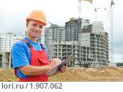 Купить «Строитель с планшетом», фото № 1907062, снято 29 июля 2010 г. (c) Дмитрий Калиновский / Фотобанк Лори