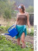 Купить «Девушка с лейкой», фото № 1909250, снято 15 августа 2010 г. (c) Андрей Батурин / Фотобанк Лори