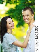 Купить «Молодая пара в парке летом», фото № 1909566, снято 18 июля 2010 г. (c) Петр Малышев / Фотобанк Лори