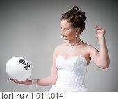 Купить «Невеста, задумавшись, держит воздушный шарик с черепом и костями. Проблема выбора.», фото № 1911014, снято 9 апреля 2009 г. (c) Артем Костров / Фотобанк Лори