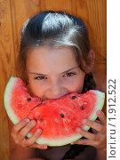 Девочка ест арбуз. Стоковое фото, фотограф Евгений Григорьев / Фотобанк Лори
