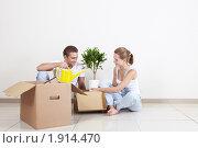 Купить «Молодая пара распаковывает коробки», фото № 1914470, снято 27 июля 2010 г. (c) Raev Denis / Фотобанк Лори