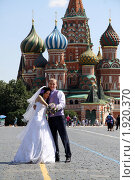 Купить «Жених и невеста на фоне Храма Василия Блаженного», фото № 1920370, снято 14 июля 2010 г. (c) Андрей Аркуша / Фотобанк Лори