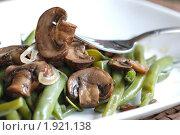 Купить «Зеленая фасоль с грибами», фото № 1921138, снято 18 августа 2010 г. (c) Ольга Утлякова / Фотобанк Лори
