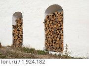 Купить «Дрова в нише монастырской стены», эксклюзивное фото № 1924182, снято 21 августа 2010 г. (c) Александр Щепин / Фотобанк Лори