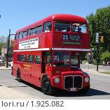 Купить «Туристический автобус в Канаде», фото № 1925082, снято 30 мая 2010 г. (c) Ольга Соболева / Фотобанк Лори